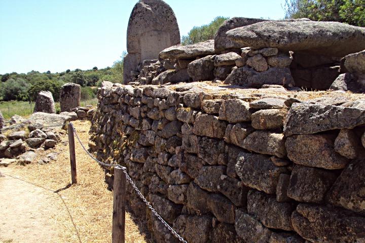 Vista laterale della tomba