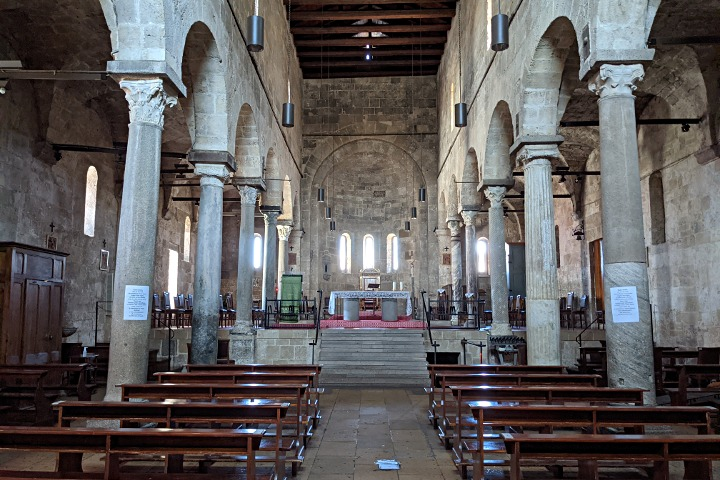 Altar and aisles of Santa Giusta